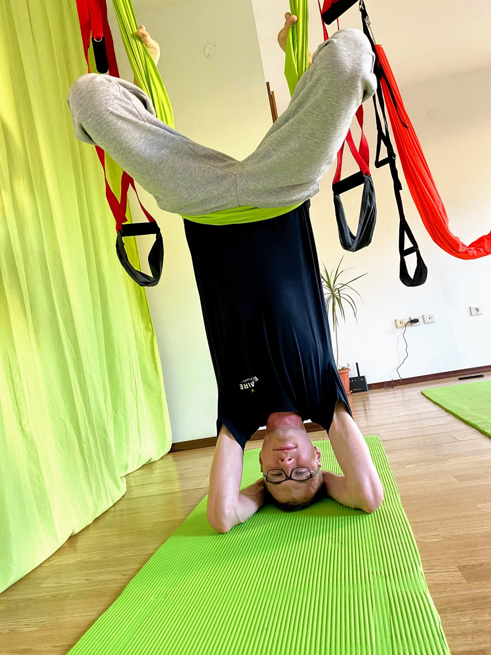 aerial yoga handstand bild